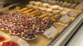 莓饼在商店 免版税库存图片