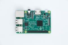 莓Pi 3式样B 在白色背景的小单板计算机 免版税库存照片