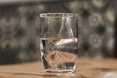 莫代尔杯水 免版税库存图片