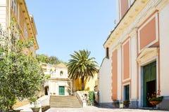 莫内利亚老三塔Croce,热那亚利古里亚镇有天主教会圣乐dei disciplinati的和教堂  免版税图库摄影