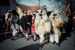 莫哈奇,巴兰尼亚州/匈牙利- 2017年2月26日:叫busojaras事件的buso漫游街道他们的传统参加者 库存照片