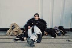 莫哈奇,巴兰尼亚州/匈牙利- 2017年2月26日:少女,传统参加者告诉busojaras事件休息的一会儿的buso 免版税库存图片