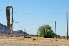 莫哈韦沙漠在加利福尼亚,美国 09 09 2010年 有电子定向塔和一个一般葡萄酒作用的一条沙漠路 免版税库存照片