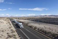 莫哈维沙漠卡车交通 免版税库存图片