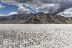 莫哈维沙漠盐平与风暴天空 免版税库存图片