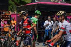 莫埃纳,意大利2017年5月25日:专业骑自行车者和他的自行车在指挥台署名附近在离开前 免版税库存照片