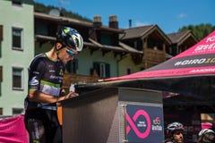 莫埃纳,意大利2017年5月25日:指挥台署名的专业骑自行车者在一个坚硬山阶段的离开前 免版税库存图片