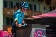 莫埃纳,意大利2017年5月25日:指挥台署名的专业骑自行车者在一个坚硬山阶段的离开前 免版税库存照片