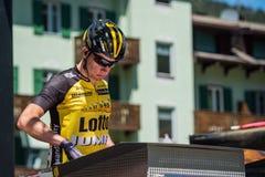 莫埃纳,意大利2017年5月25日:指挥台署名的专业骑自行车者在一个坚硬山阶段的离开前 库存图片
