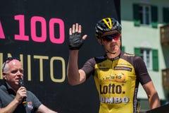 莫埃纳,意大利2017年5月25日:指挥台署名的专业骑自行车者在一个坚硬山阶段的离开前 免版税图库摄影