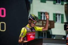 莫埃纳,意大利2017年5月25日:指挥台署名的专业骑自行车者在一个坚硬山阶段的离开前 库存照片