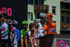 莫埃纳,意大利2017年5月25日:指挥台署名的专业骑自行车者在离开前 免版税库存照片
