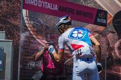 莫埃纳,意大利2017年5月25日:指挥台署名的专业骑自行车者在离开前 免版税图库摄影
