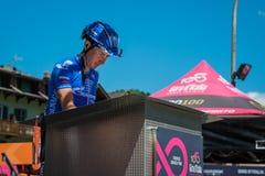 莫埃纳,意大利2017年5月25日:指挥台署名的专业骑自行车者在离开前 免版税库存图片