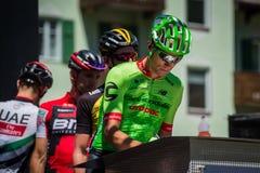 莫埃纳,意大利2017年5月25日:指挥台署名的专业骑自行车者 免版税库存图片