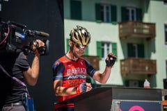 莫埃纳,意大利2017年5月25日:指挥台署名的专业骑自行车者 免版税库存照片