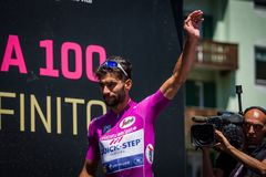 莫埃纳,意大利2017年5月25日:专业骑自行车者福纳多加维里亚,在紫色泽西,在离开前的指挥台署名的 免版税库存图片