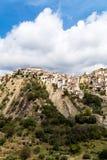 莫塔卡马斯特拉看法,一个村庄在离陶尔米纳不远的西西里岛 库存图片