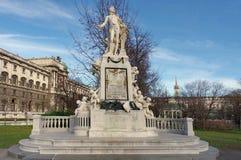 莫扎特雕象在Burggarten庭院里 免版税库存照片