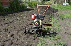 莫托犁或两轮子拖拉机,可能拉扯和供给各种各样的农厂贯彻动力例如拖车的手扶拖拉机,耕地机 免版税库存图片