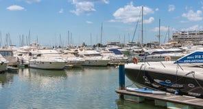 莫拉镇豪华小游艇船坞的看法  免版税库存照片