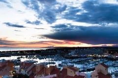 莫拉镇,葡萄牙-小游艇船坞的鸟瞰图在日落期间的在一阴天 免版税图库摄影