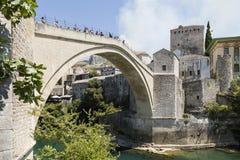 莫斯塔尔、波斯尼亚和Herzegowina, 2017年7月15日:历史的曲拱桥梁的看法在Neretva河的在莫斯塔尔 库存照片