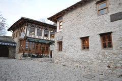 莫斯塔尔市和义卖市场街道的看法在波斯尼亚和Herzigovina的 2月` 13 免版税库存照片