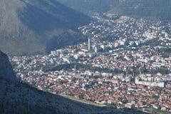 莫斯塔尔的全景从Fortica小山的 库存图片