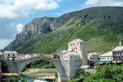 莫斯塔尔老桥梁在一个晴朗的下午期间的 这座桥梁是兵连祸结的主要市的标志黑塞哥维那 库存图片