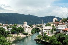 莫斯塔尔老桥梁在一个晴朗的下午期间的 这座桥梁是兵连祸结的主要市的标志黑塞哥维那 图库摄影