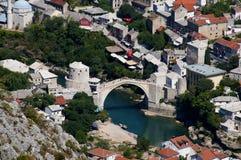 莫斯塔尔-从小山的老桥梁 库存照片