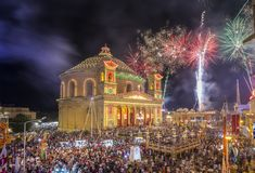 莫斯塔,马耳他- 8月15日 2016年:在莫斯塔节日的烟花在与著名莫斯塔圆顶的晚上 库存照片