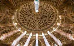 莫斯塔,马耳他-长的曝光内部射击莫斯塔圆顶 我们的夫人的做法的教会叫作圆形建筑的莫斯塔 库存照片