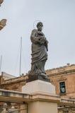莫斯塔,马耳他- 2017年5月11日:在圆形建筑的宗教雕象圣Marija Assunta在莫斯塔,马耳他 图库摄影