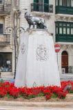 莫斯塔,马耳他- 2017年5月11日:在环形交通枢纽的狮子纪念碑在圆形建筑莫斯塔附近 库存照片