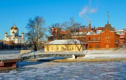 莫斯科、俄罗斯、皇家莫斯科河游艇俱乐部和基督寺庙救主 库存图片