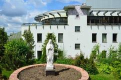 莫斯科、俄罗斯, 6月, 12, 2017年,圣母玛丽亚的雕塑在圣洁传道者彼得的教会的庭院里和波城 免版税库存图片