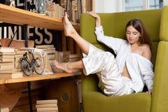莫斯科一photoshoot在有迷人的女孩的演播室 免版税图库摄影