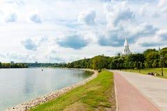 莫斯科上生的河和教会在Kolomenskoye 图库摄影