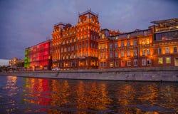 莫斯科与河和红色10月工厂的夜风景 免版税图库摄影