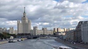 莫斯科从公园Zaryadye的河全景有在Kotelnicheskaya堤防大厦的一个看法 股票视频
