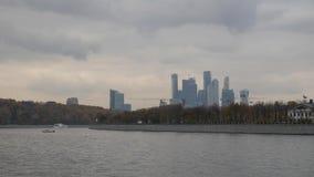 莫斯科从河的市视图 在资本的码头的晚秋天 可航行的走的河 塔建筑用起重机 股票录像