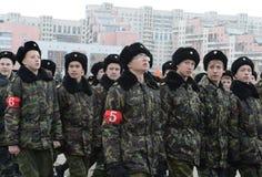 莫斯科以塞瓦斯托波尔的英雄命名的陆战队的军校学生为11月7日的游行做准备在红场 库存照片