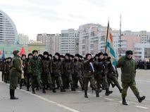 莫斯科以塞瓦斯托波尔的英雄命名的陆战队的军校学生为11月7日的游行做准备在红场 库存图片