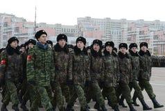莫斯科以塞瓦斯托波尔的英雄命名的陆战队的军校学生为11月7日的游行做准备在红场 免版税库存图片