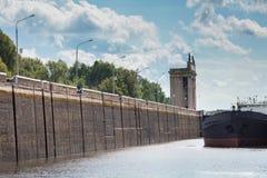 莫斯科伏尔加河河运河 在锁的黑船 免版税图库摄影
