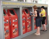 莫斯科俄国 人们买在自动机器的郊区票在白俄罗斯语驻地 俄国文本-郊区t销售  库存图片