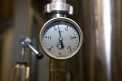 莫斯科俄国 2018年2月07日:压力表测压器、阀门和管子由白合金制成 库存照片