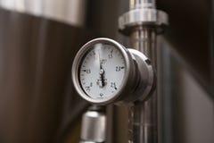莫斯科俄国 2018年2月07日:压力表测压器、阀门和管子由白合金制成 图库摄影